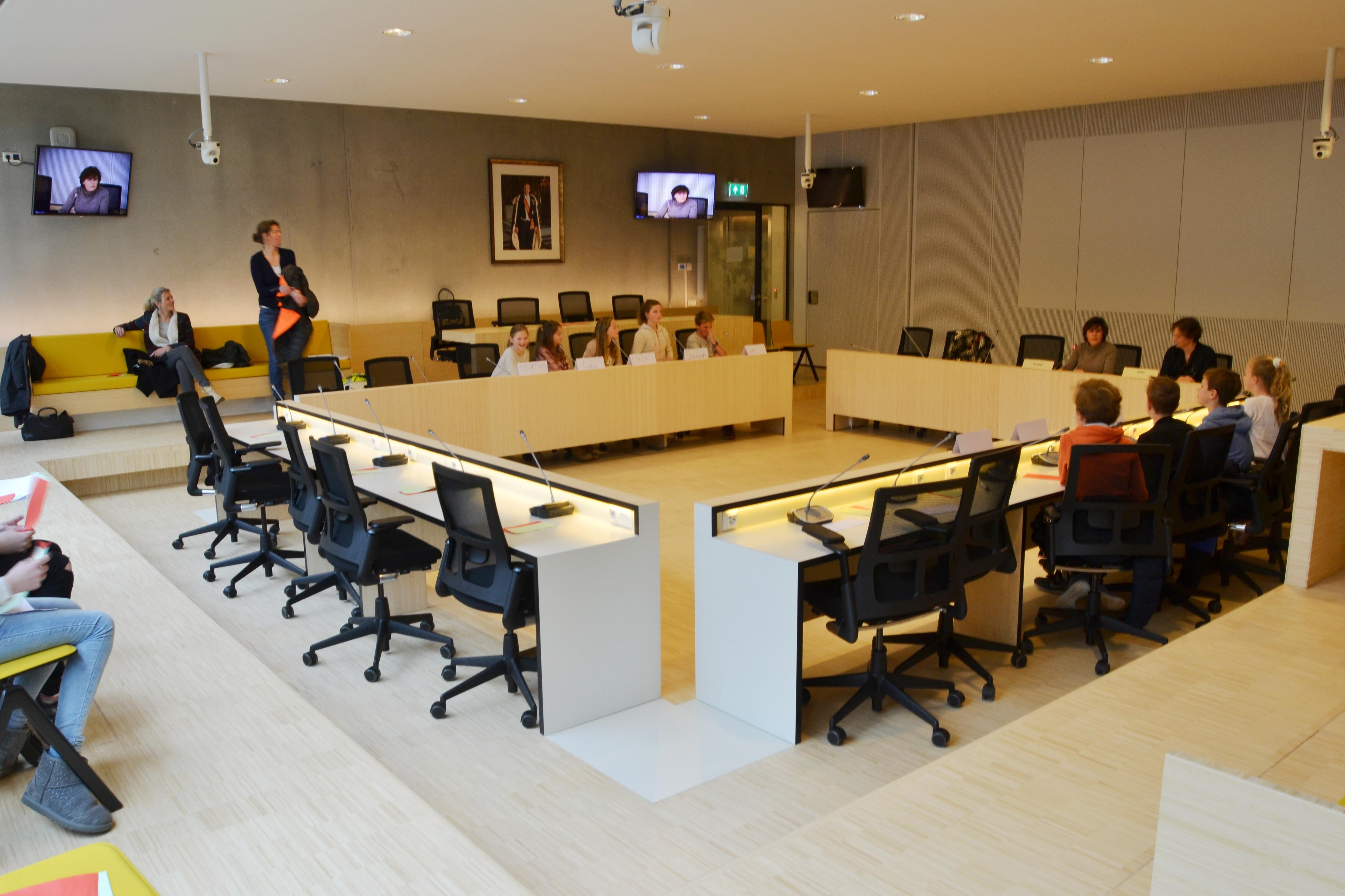 Raadslid in de klas, leerlingen op bezoek in het gemeentehuis van Bloemendaal